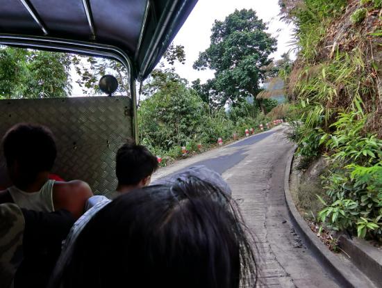 猛スピードで山道を登ります(横でケーブルカーの工事をしてました)