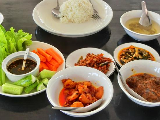 昼食はミャンマー料理