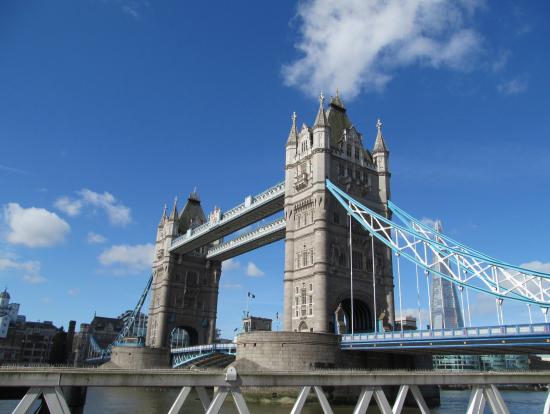 青空に映えるタワーブリッジ