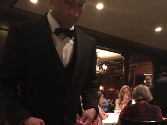 テーブルの真横でTボーンステーキを切り分けてくれました!