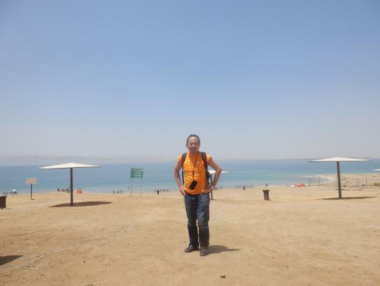 死海を背に撮影しました。1時間日光浴で日焼けしました。