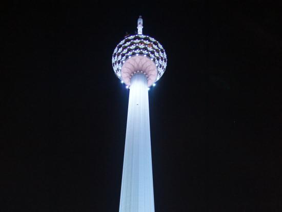 地上から見上げたKLタワー