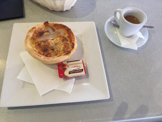 泳ぐとお腹が空くのでターミナル前のカフェでで食事を取っておくと