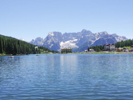 湖のほとりでランチ休憩