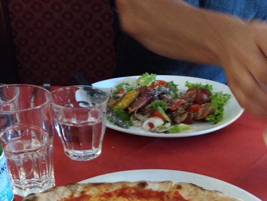 ランチはピザを頼みました。みんな好き好きに注文してました。