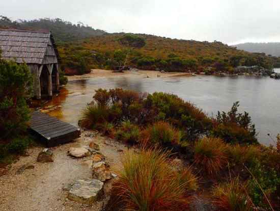 湖畔の小屋と霧雨が良い雰囲気