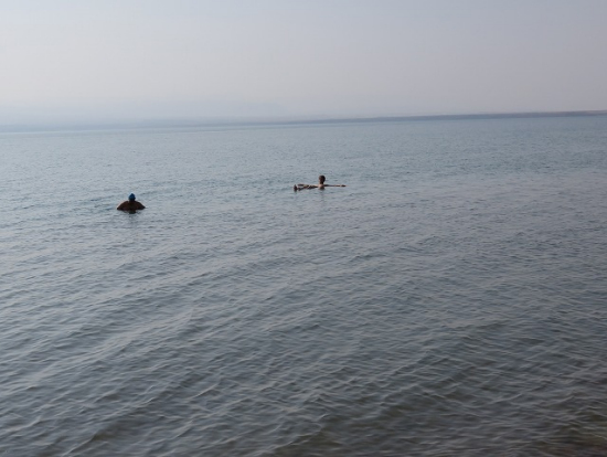 死海での浮遊体験
