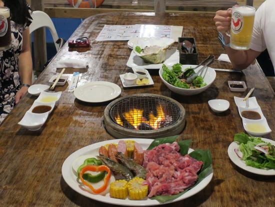 BBQ(米産アンガス牛など)とサラダ