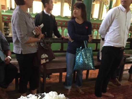 チャカワイン僧院でご飯をあげました。