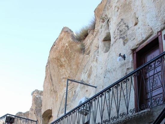Yigitglu Cave Hotelの部屋の前