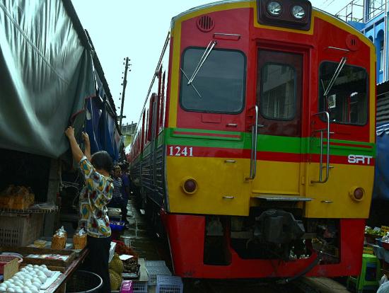 メークロン市場の路面電車