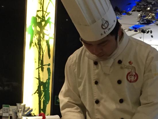 北京ダック半分でも、テーブルの横で、北京ダックを切り分けて頂きました。