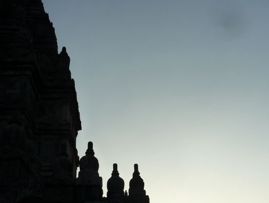 プランパナン寺院夕陽。影絵の世界へ