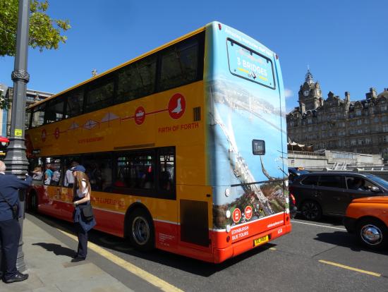 市内から桟橋までのバス(前にも後ろにも、「3BRIDES」の表示あり