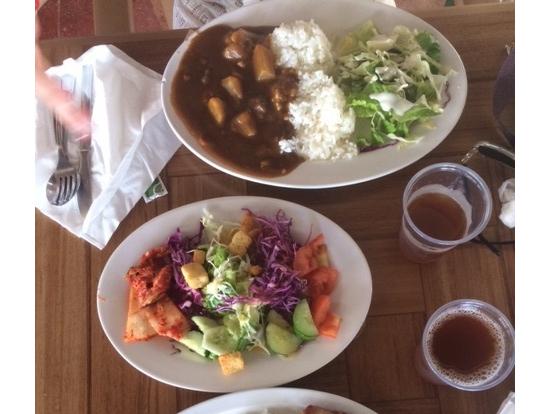カレー美し‼ サラダも美味しいよ! お水とアイスティーはフリードリンク!