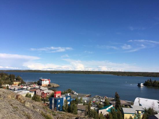 オールドタウンの小高い丘から湖を眺める