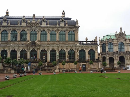 ツィンガー宮殿です。とても広いです。