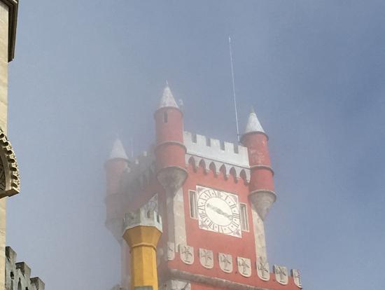 山頂にあるので、午前中は霧に包まれることが多いというペーナ宮殿