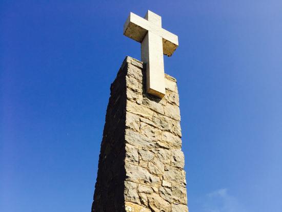ロカ岬。十字架のモニュメントの土台にはポルトガルの詩人ルイス・デ・カモンイスの『Aqui Onde A Terra Acaba E O Mar Começa.』(此処に地終わり海始まる。)という詩の一節が刻まれています。