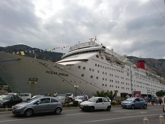 コルト市街の目の前には、豪華客船が停まってました。