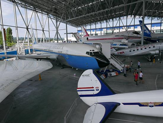エアフォースワンやコンコルドなど大型機も屋根のある展示場できれいに保管されていました。