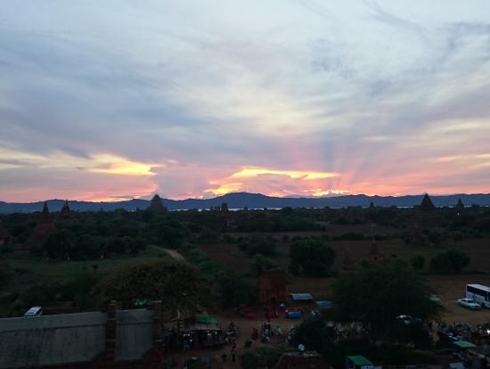 夕日と仏塔
