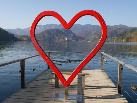 ブレッド湖の愛のモニュメント(真ん中に教会を入れてカップルが写真を撮っていました)