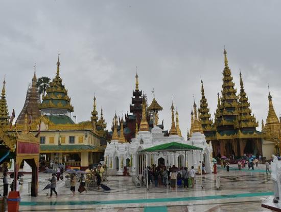 広い敷地内にいくつもの仏塔が立ってます