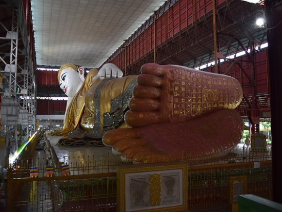 足の裏に仏教の世界観がレリーフで細かく描かれています