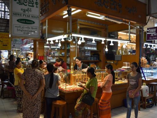 ボージョーアウンサン市場の中心エリアは、宝飾店が軒を並べています