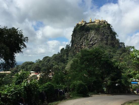 緑濃いナッ信仰の総本山・ポッパ山。山頂には黄金に輝く寺院が・・・。