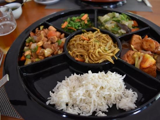 伝統的なミャンマー料理の昼食。真ん中の焼きそばは日本と同じようでした。