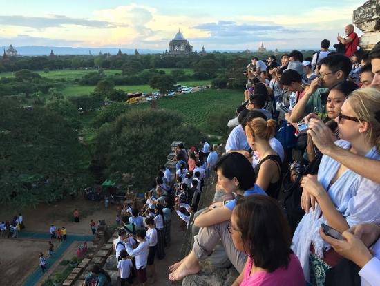 世界中から集まった観光客であふれかえる、夕日の名所「シュエサンドー・パゴダ」。