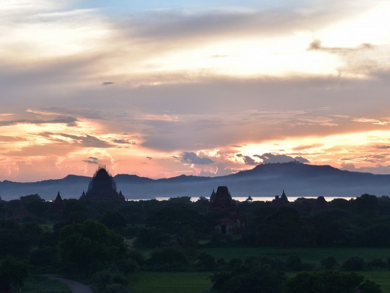 ちょっと雲がかかっていたけど、バガン遺跡の彼方に沈む夕日が見られました