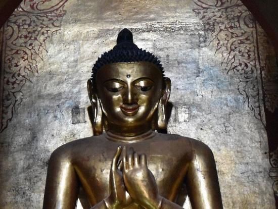 バガン美術の至宝の仏像。離れて見ると、優しそうに微笑む仏像が・・・