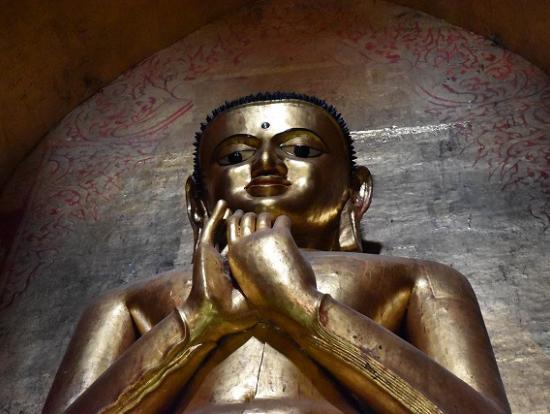同じ仏像でも、真下から見上げると険しい顔に!