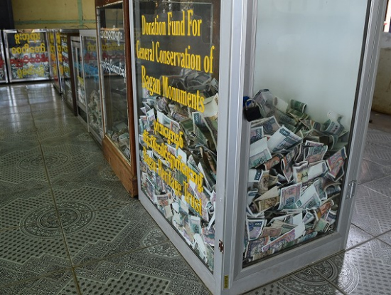 どの寺院もお賽銭箱が透明で、中の紙幣が見えるものでした。