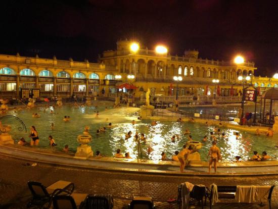 屋内温泉でしっかりあったまってからなら、28度の外のプールも大丈夫です。