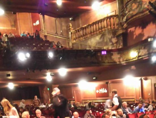 開演前のライシアム劇場内