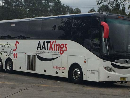バスの外観 ハイデッカーの大型バスで長時間の移動も快適です。