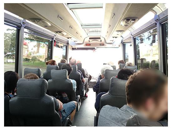 バスの車内 多国籍です。