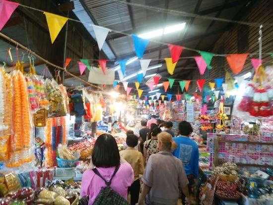 地元の人で賑わう市場