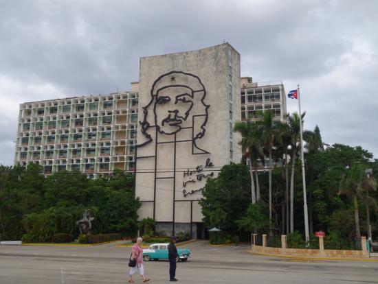 朝のまだ空いている時間帯に革命広場に行きました