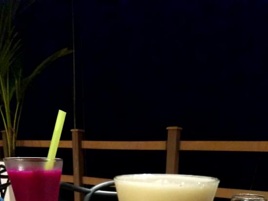 パラオ地ビールとドラゴンフルーツジュース/色彩も美味