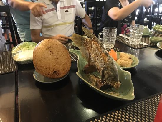 象耳魚とぷくっと膨らんだベトナム版お餅(魚の左)