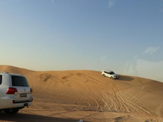 砂漠を疾走する4WDオフロードカーはスリル満点