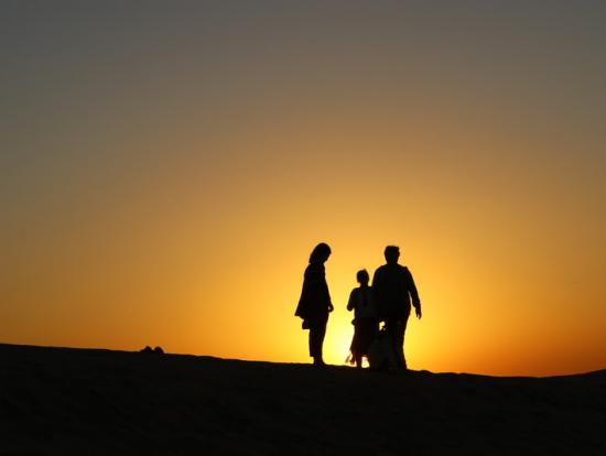 砂漠に夕日が沈みます