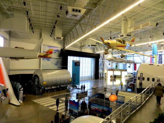 ボーイング工場のホールは撮影可能で展示機もあります。