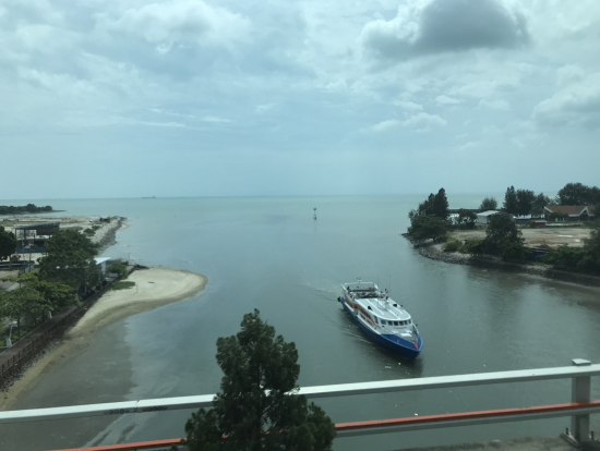 車窓から見たマラッカ川の河口とマラッカ海峡