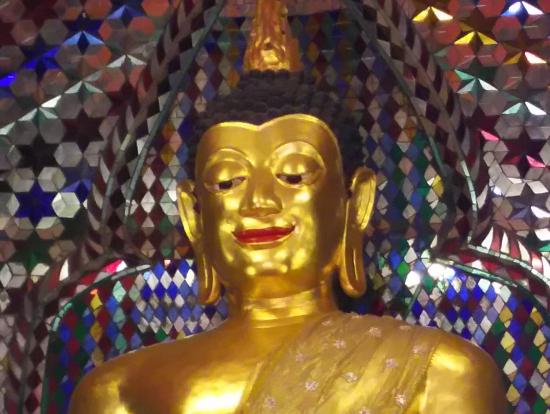 キラキラの大きな仏像